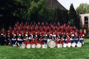 Majoretten samen met de rest van het korps omstreeks 1996